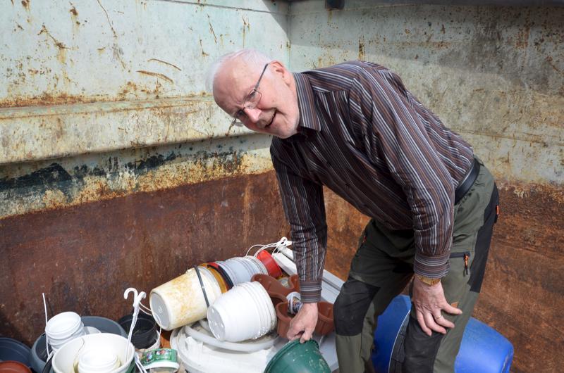 Klas Sandvik toi kierrätyspisteelle sanokoja, kukkapurkkeja ja vauvan ammeen.