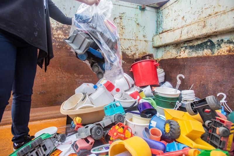 Kampanjapäivänä kovamuovikeräykseen tuotiin Ala-Vetelistä päiväkodilta rikkinäisiä leluja.