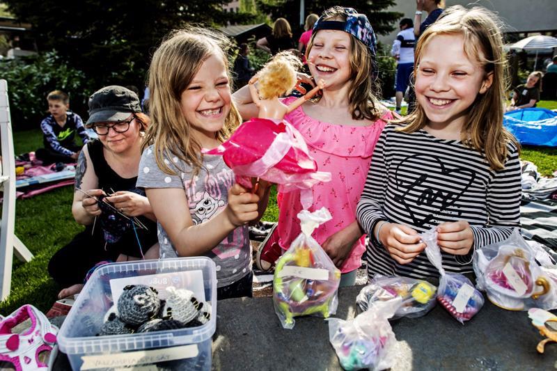 Pyörivä Barbie oli Milja, Venla ja Pinja Harjunpään jännittävimpiä myyntiesineitä. Äiti Anu Harjunpää auttoi tyttöjä myymisessä.