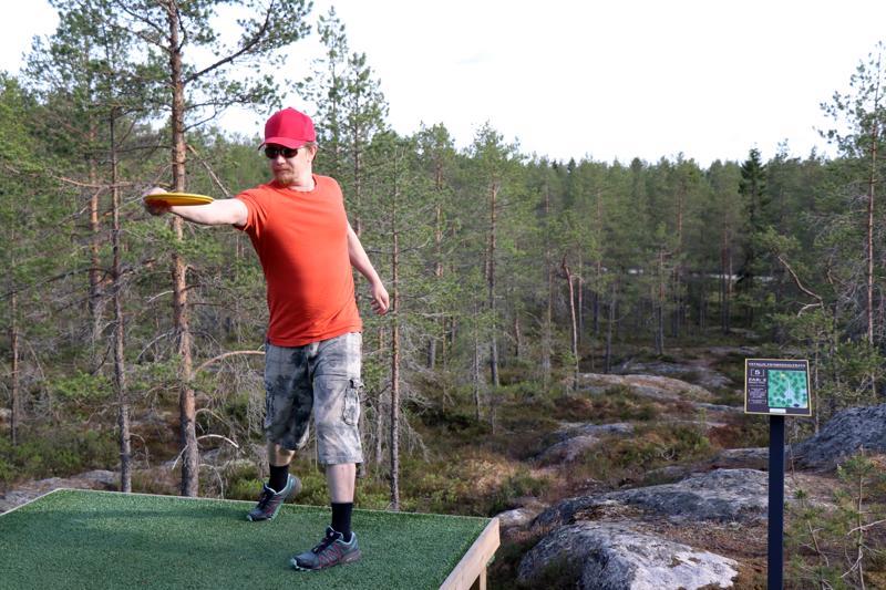 Markku Uusivirta näyttää, kuinka oikea heitto lähtee koko vartalon kiertymisestä.