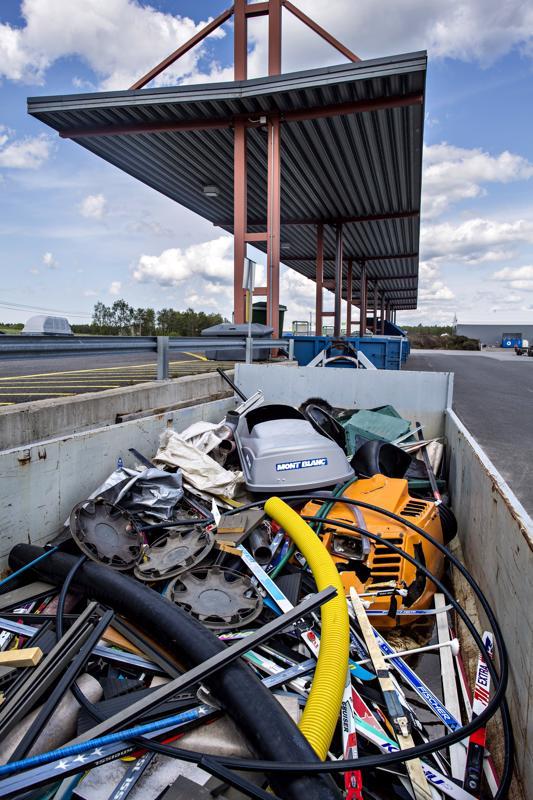 Jätteiden yössä pääsee kurkistamaan jätekeskuksen taustalle ja selvittämään, mihin lajiteltu jäte päätyy.