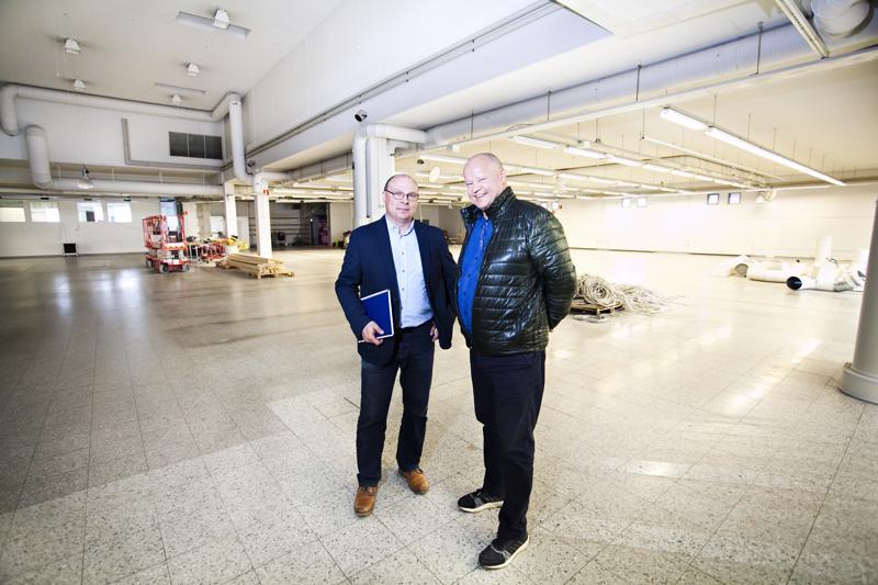 HalpaHallin kiinteistöpäällikkö Janne Vähätiitto ja vanhan HalpaHallin tiloja välittävä Antti Porko kertovat, että rakennuksen oikea puoli on vielä vapaana.