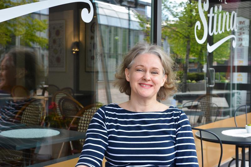 - Myötätunto kanssaihmisiä kohtaan on syventynyt omien elämänkokemusten myötä. Se tuo laajempaa ymmärrystä myös asiakaspalvelutyöhön, toteaa Café Stiinan kahviloitsija Tiina Suni.