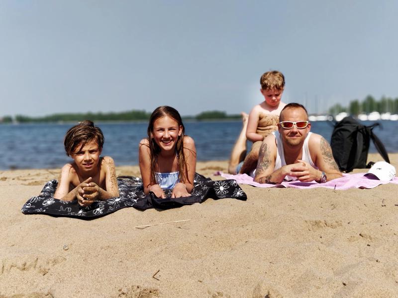 Liam  ja Shani  Helsingistä ovat viettämässä kesälomaa Pietarsaaressa Vilde-serkun luona; Frans Kamb toi koko poppoon Kittholmaan uimaan ja viettämään rantapäivää.