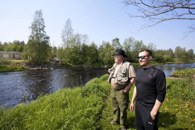 Pauli Vuorio ja Antti Moilanen kertovat, että Vääräjoessa piisaa nyt kirjolohta.