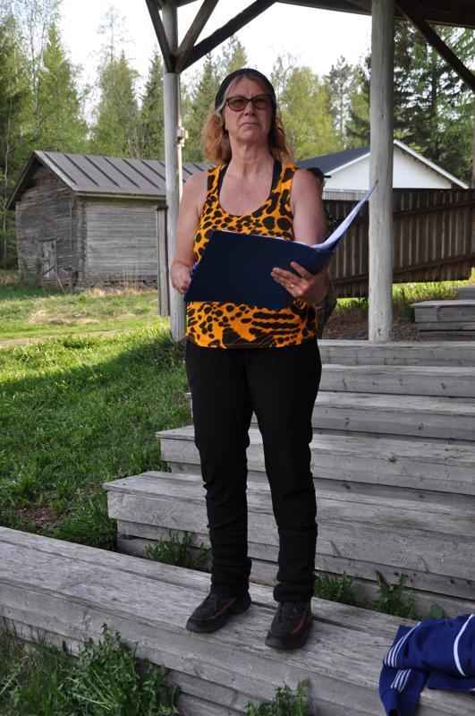 Marja Hannula ohjaa yhteiskunnan epäkohtiin kantaaottavan Viimeiset Mohikaanit -näytelmän.