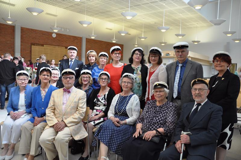 Eri puolilla Suomea nykyisin asuvat Riemuylioppilaat eivät tavanneet toisiansa 40 vuoteen, mutta sen jälkeen joka toinen vuosi. Toinen rivi oikealla Pekka Komu ja hänen vieressään Rauni Soilama. Edessä oikealla Reijo Saari.