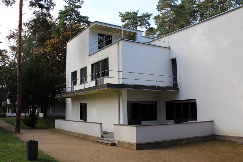 Dessaun kaupunki tilasi Walter Gropiukselta kolme paritaloa Bauhausin opettajille ja yhden talon sen johtajalle. Taloissa ovat asuneet 1920-luvulla esimerkiksi taiteilijat Paul Klee ja Vasili Kandinski.