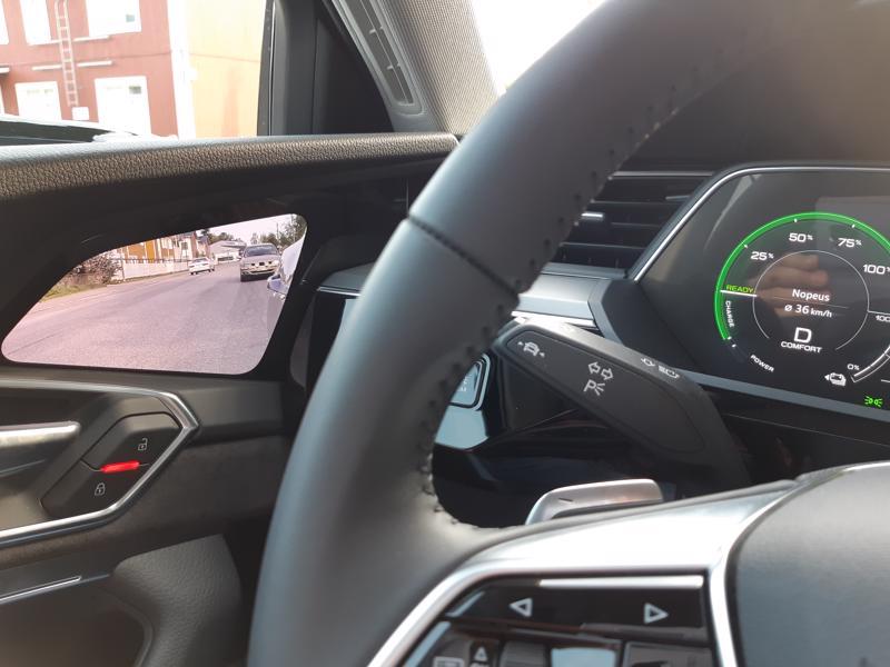 Perinteisesti sivupeilin kautta nähtävä kuva sivulle ja taakse heijastuu auton ovesta.