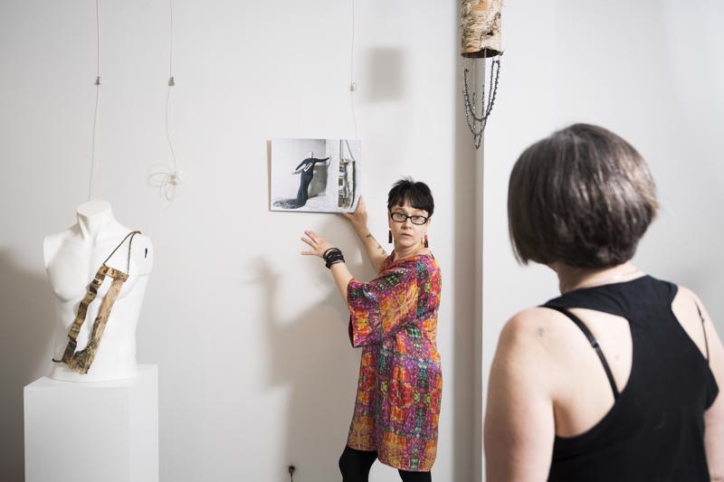 Anu Kirkinen pystytti näyttelyään Galleria Artistassa Leena Koskisen avustamana.