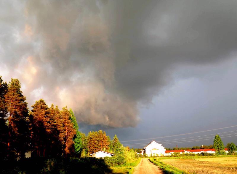 Lukija Katri Helminen kuvasi lähestyvän ukkosen vuonna 2014.