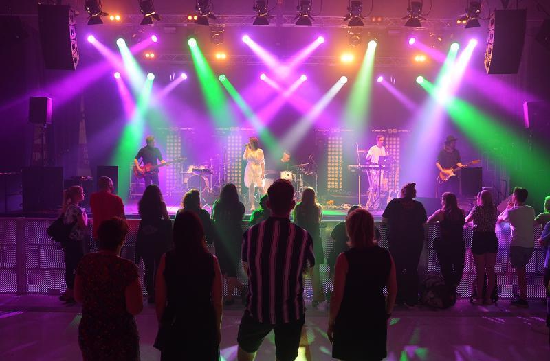 Hullu elämä oli ainoa paikallista väriä tuonut yhtye jäähallin esiintyjistä Sun Pampasissa.