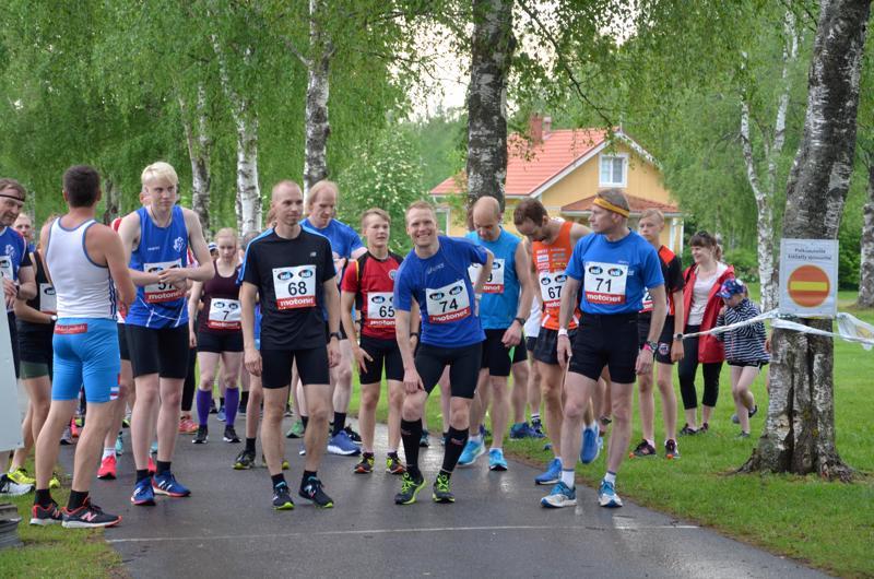 Tunnelmat olivat rennot ennen Hintrekin lenkkiä. Keskellä voittajakolmikko Juha Järvelä (68), Pasi Hautamäki (74) ja Pietari Jussinmäki (65).