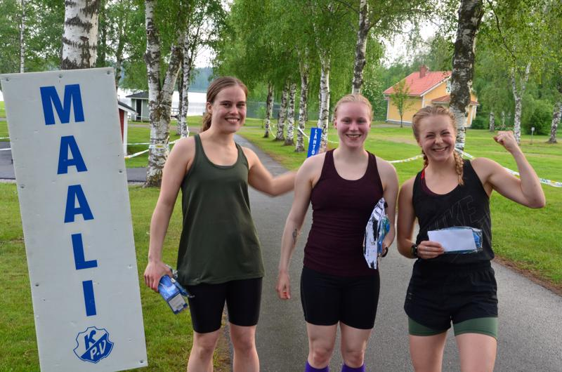 Naisten sarjan kolme parasta Nuppu Laaksonen (oik.), Kirsi Anias ja Sohvi Pykkönen tuulettivat iloisesti lenkin jälkeen.