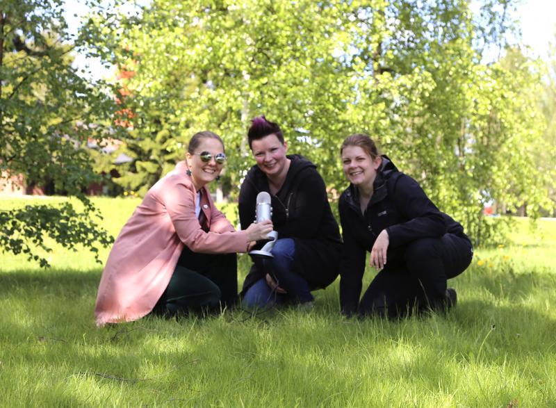 Kylähullut-podcastin kolmannessa jaksossa Saanan ja Sannin haastateltavana on maitotilayrittäjä Päivi Kaustinen (keskellä).