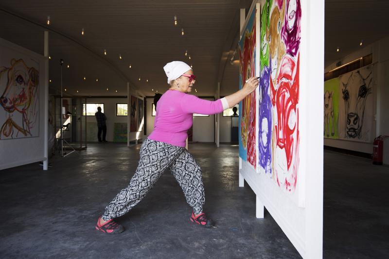 Miina Äkkijyrkkä näyttää, miten taidetta tehdään.
