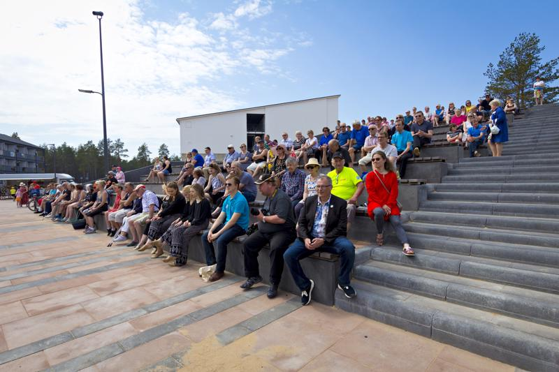 Hilmantorin avajaiset keräsivät paikalle arviolta reilu satapäisen yleisön.