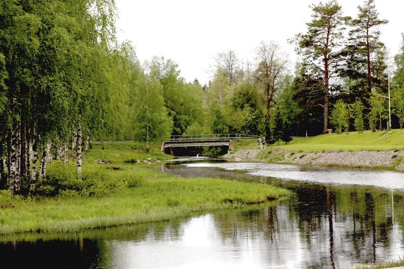 Pappilan silta Perhon keskustassa.
