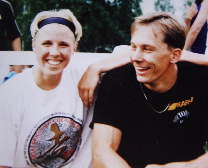 Junkkarien 1990-luvun Kalevan kisojen mitalistit Anna Saari ja Antti Haapakoski Kuortaneella juhannuksena 1999. Antti oli jo jäähdyttelyvaiheessa, mutta neljänneksi hän silti aitoi Kalevan kisoissa.