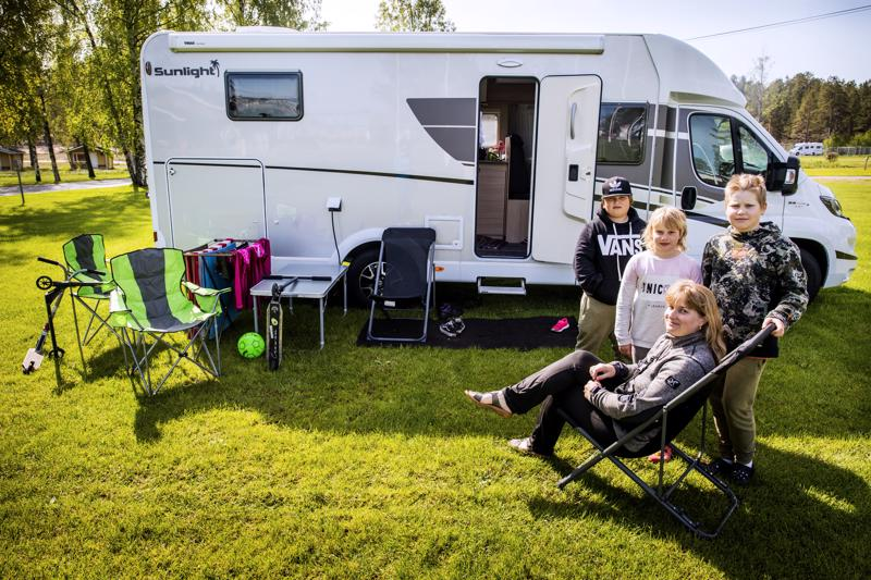 Kannuslainen Päivi Nikka, hänen lapsensa Jesse ja Ronja Nikka sekä näiden kaveri Joona Niemikorpi viettivät pari yötä asuntoautossa Hiekkasärkkien leirintäalueella.