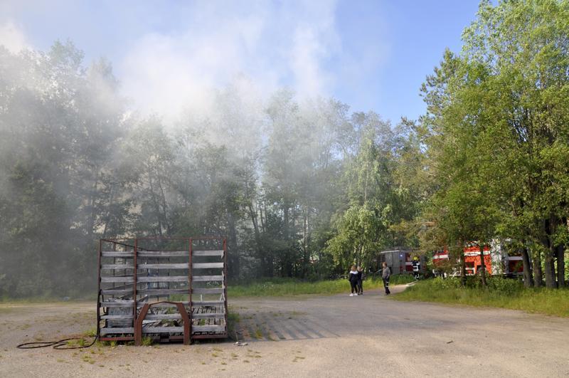 Omakotitalo savusi Kaarlenkadulla ja katua eristettiin liikenteeltä.