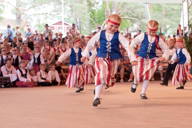 Kaustisen kansanmusiikkijuhlilla tanssista voi nauttia katsoen ja myös osallistuen.