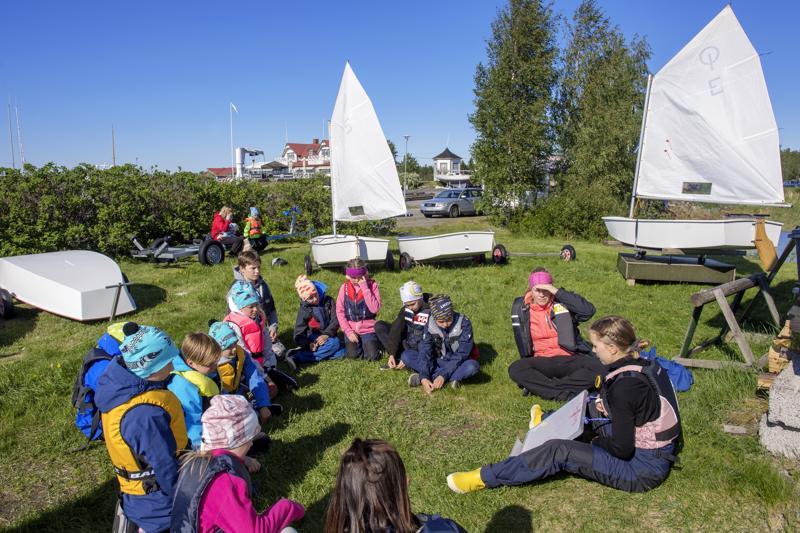 Mustankarin kurssi on viikon mittainen. Kurssilla opetetaan purjehtimisen perusasioita, vesillä pärjäämistä, sekä tuulena ja meren lukemista.