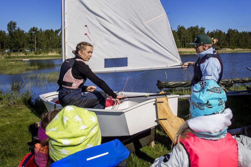 Vastuuvalmentaja Minna Savela perehdytti kurssilaiset purjehtimisen saloihin.