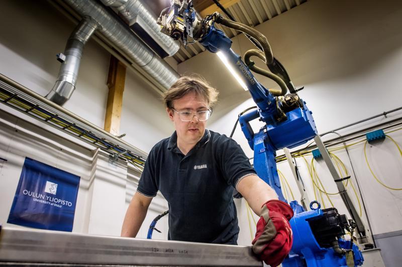 Induktiokarkaisulla saadaan teräkselle uusia ominaisuuksia. Projekti-insinööri Juho Jalava-Kanervio valmistelee kevyitä kennorakenteita laserhitsaukseen Elme Studiossa.