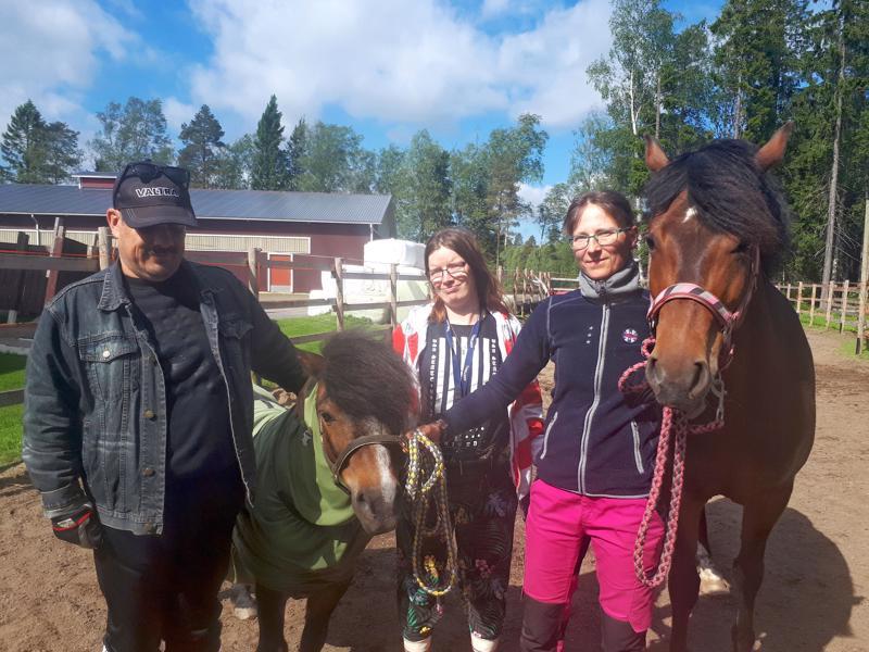 Green Care -työntekijät Jukka Hirvikoski ja Lotta Brander sekä tilan emäntä Annika Prittinen hoitoeläinten Hempan ja Leian kanssa.