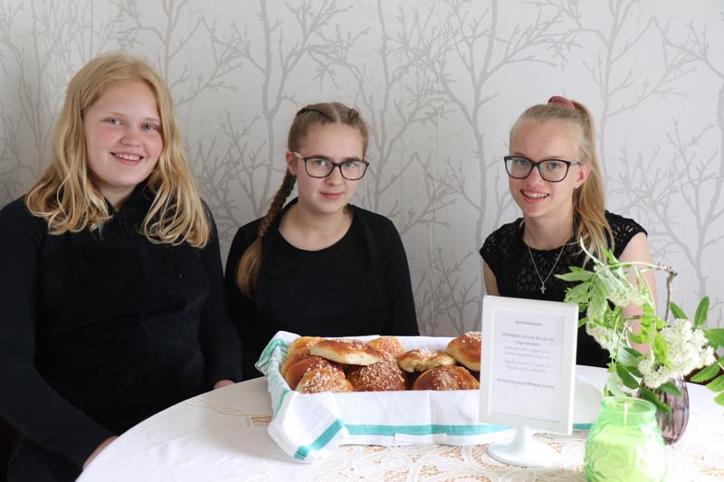 Soile Syrjälä, Laura Peltokangas ja Julia Humalajoki palvelevat asiakkaita reippaalla ja iloisella otteella heinäkuun loppuun saakka.
