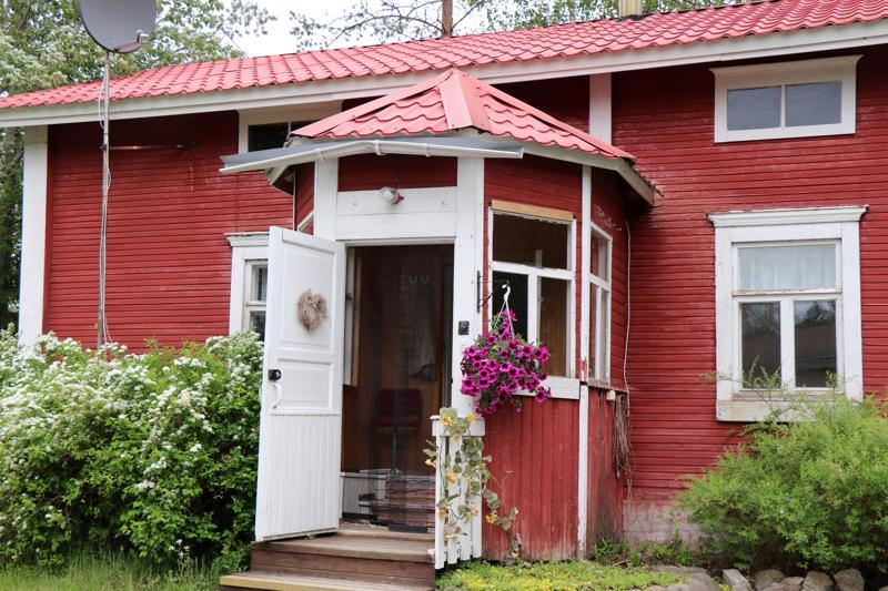 Punaisen mökin kesäkahvila palvelee heinäkuun loppuun saakka Jalmiinakodin läheisyydessä.