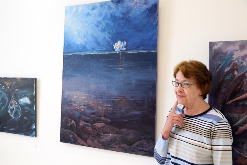 """Kirsti Taipale Koukkula kertoo löytävänsä jatkuvasti maalauksistaan uusia asioita. Keskellä kiehtova öljyvärimaalaus """"Kätkö""""."""