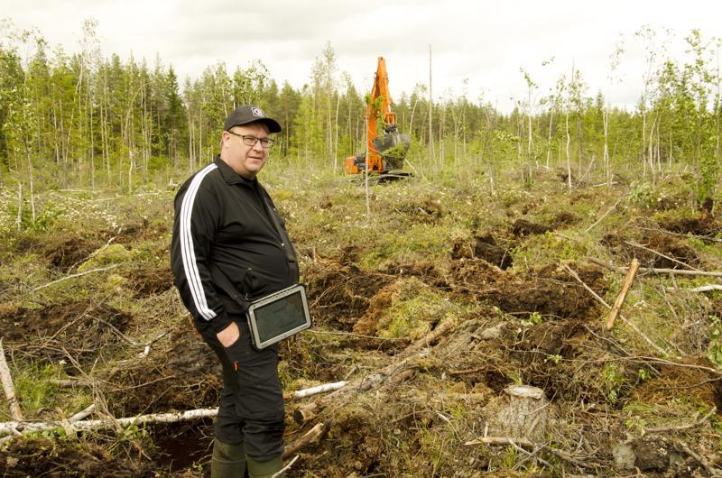 Erkki Jokitalo kertoo, että metsää uudistetaan erilaisilla toimenpiteillä, jotka valitaan palstan mukaan. Maan muokkauksessa voidaan käyttää kääntömätästystä. Mätästystapoja on useita.