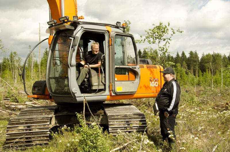 Urakoitsija Juha Honkala urakoi erilaissa metsänhoitotöissä. Työ on yksinäistä, mutta Honkalalle se sopii. Metsäneuvoja Erkki Jokitalo käy työmaalla tarvittaessa.