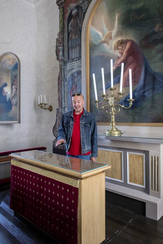 Alttarille aseteltiin liikuteltava pöytä, jotta papin ei tarvitse siunata ehtoollisvälineitä selin kirkkoväkeen.