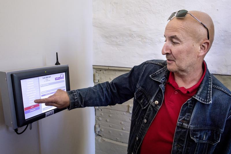 Kosketusnäytön avulla kolmea kirkonkelloa voi soittaa yksitellen tai niille voi valita valmiin soitto-ohjelman.