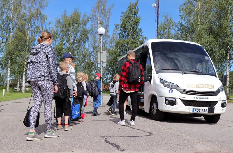 Perhon kunnan koulukyydeistä on huolehtinut pitkään muun muassa Linja-autoliikenne Salminen Ky. Salmisen pikkubussi on kuskannut tällä viikolla perholaislapsia uimakouluun Veteliin.