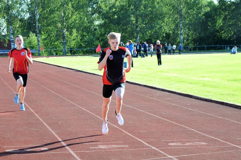 Vetelin Urheilijoiden Viljami Kari kirii 17-vuotiaiden 200 metrin voittajaksi. Toiseksi juoksee Halsuan Toivon Jani Simoinen.