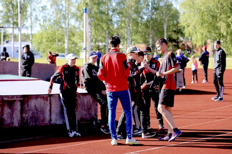 Poikaporukka onnitteli P13-sarjan 60 metrin juoksun voittanutta Josef Ahmedia.