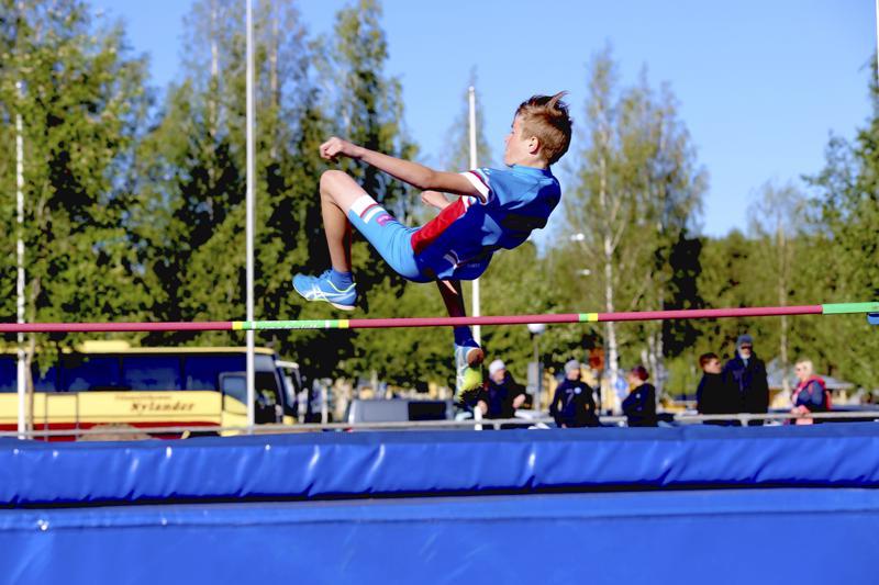 KP-V:n Sisu Peltoniemi tuli 13-vuotiaden poikien korkeushypyssä toiseksi.