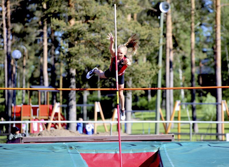 Vetelin Urheilijoiden Elli Siirilä tuli seiväshypyssä toiseksi tuloksella 230.