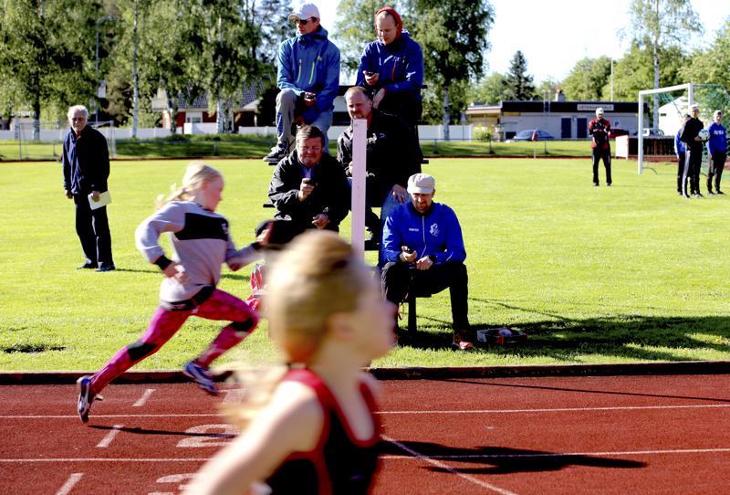 Maaliviivalla otettiin juoksijoiden aikoja käsipelillä.