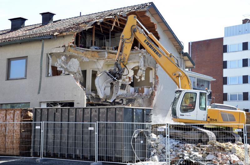 Vanhan pankkitalon purkutyöt on aloitettu. Paikalle nousee myöhemmin kolmikerroksinen talo.