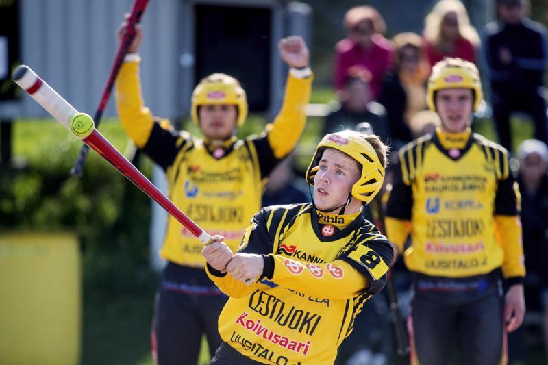 Kannuksen Niko Märsylä oli yksi kentällä viilettäneistä kolmesta Märsylän veljeksestä. Perheen muut edustajat viivojen välissä olivat joukkuetoveri Miro ja vastapuolella pelannut Misa.