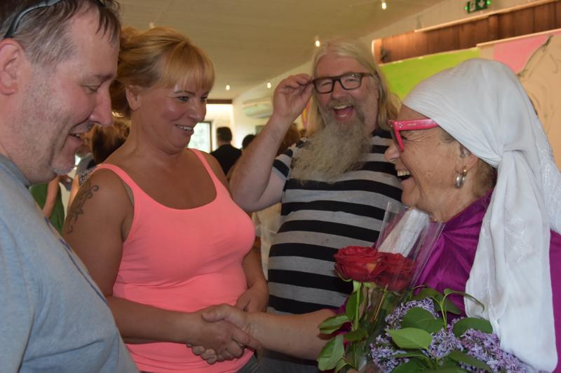 Tervetuloa! Miina Äkkijyrkän näyttelyn avajaisissa olivat mukana myös taidegalleristi Hannu Huitti (vasemmalla), nivalalainen emäntä Eliisa Kumpula ja taidegalleristi Mikko Ranta-Huitti.