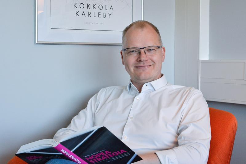 Meriuksen toimitusjohtaja Hannu Sarja kehittää itseänsä muun muassa lukemalla. -Olen lukenut yhden tietokirjan verran kuukaudessa jo 11 vuoden ajan, hän kertoo.