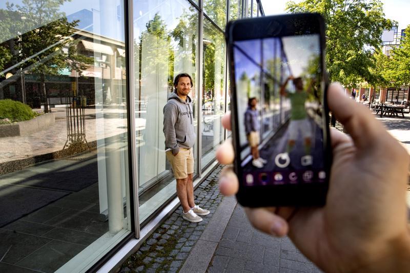 Todellinen ympäristö ja virtuaalinen elementti yhdistyvät AR-todellisuudessa.