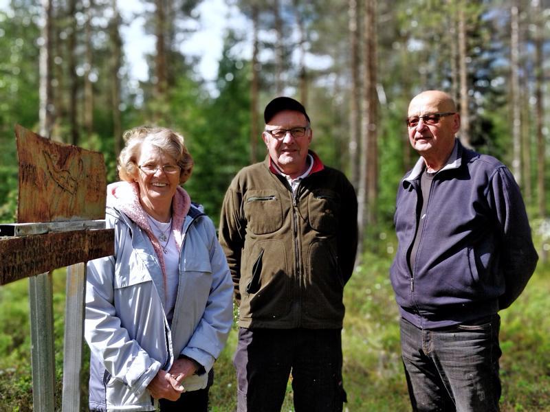 Anna-Lisa Björklund, Reijo Rantala ja Kari Viita-aho Purmon lentoturman muistomerkillä Tervasnevalla.