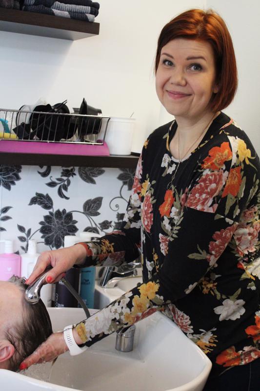 -Hiusten leikkaus, värjäys, permanentti tai kampauksen tekeminen alkaa pesusta, Sanna Ruha kertoo.